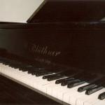 Przód fortepianu widok na klawiaturę oraz skrzynię rezonansową
