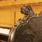 Fragment rzeźbionego boku pianina
