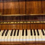 Widok na klawiaturę z przodu pianina