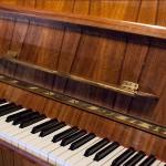 Widok na klawiaturę pianina oraz półeczkę na nuty