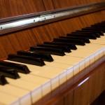 Pianino Calisia widok klawiatury z boku