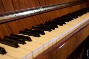 Fragment piania widok na klawiaturę