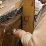 Stroiciel podczas strojenia pianina
